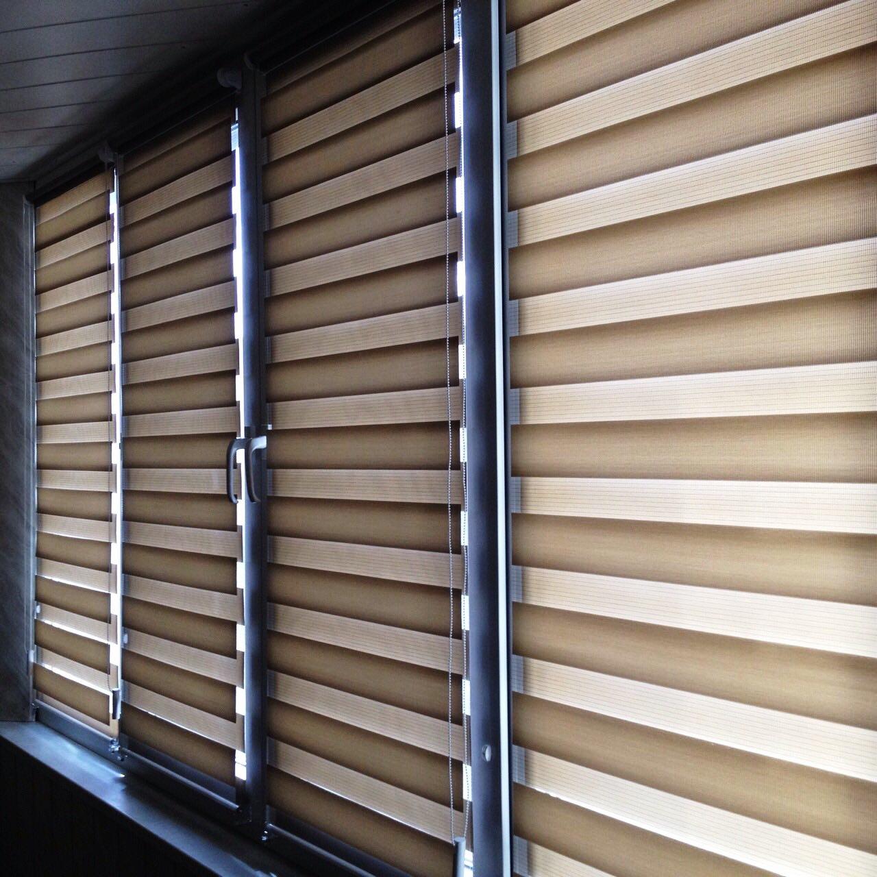 коричнево-белая рулонная штора зебра на лоджии - закрыто