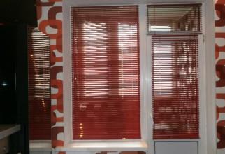 Красные жалюзи на балконной двери/окне