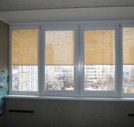 Кремовые жалюзи на балконе