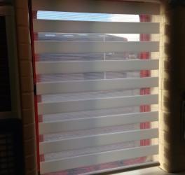 Белые шторы Зебра на кухне