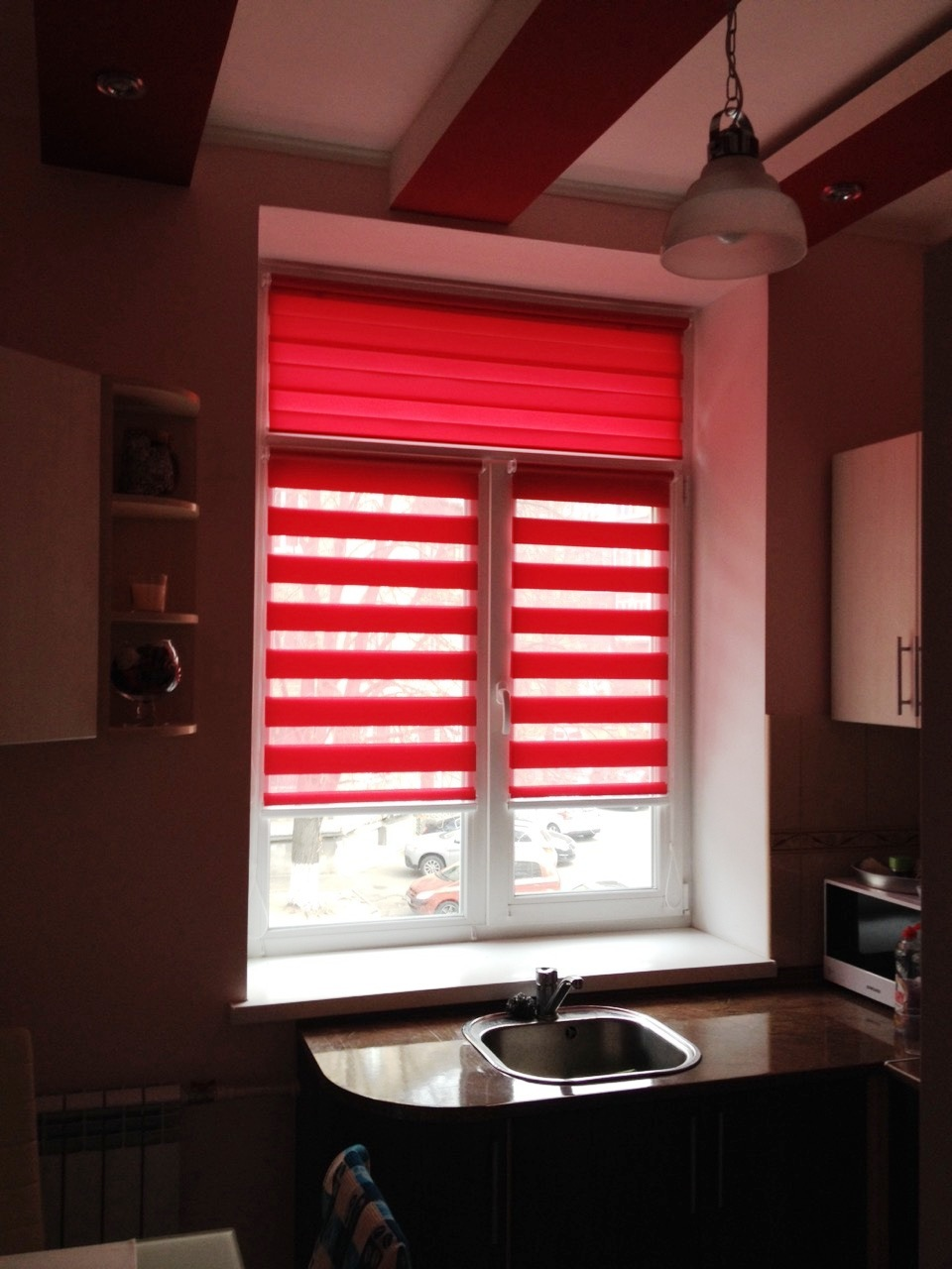 Красно белая штора Зебра на кухне