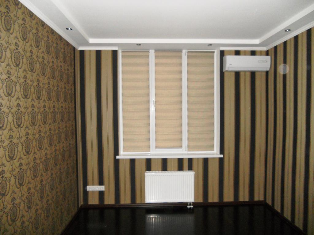 штора рулонная день ночь в зале на окне многоэтажки - закрыто