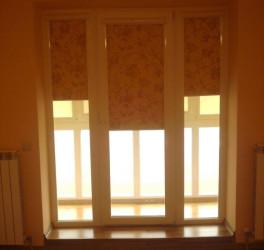 Ярко желтые жалюзи на двери